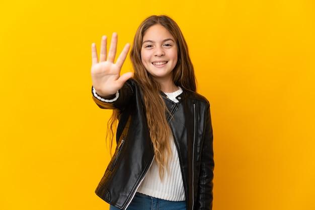 Bambino su sfondo giallo isolato contando cinque con le dita