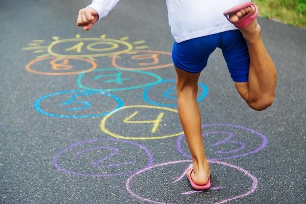 Bambino che salta classici sul marciapiede. messa a fuoco selettiva.natura