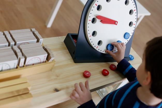 Bambino che impara con materiale montessori