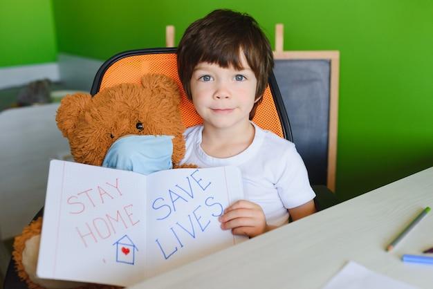 Bambino che apprende e scrive il coronavirus