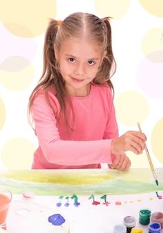 Il bambino una bambina disegna vernici isolate su sfondo bianco Foto Premium