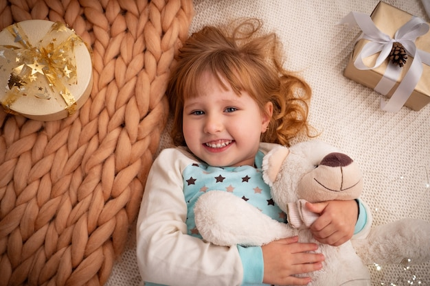 Bambino sdraiato su una coperta di lana di pecora naturale