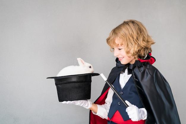 Mago bambino con coniglio carino.
