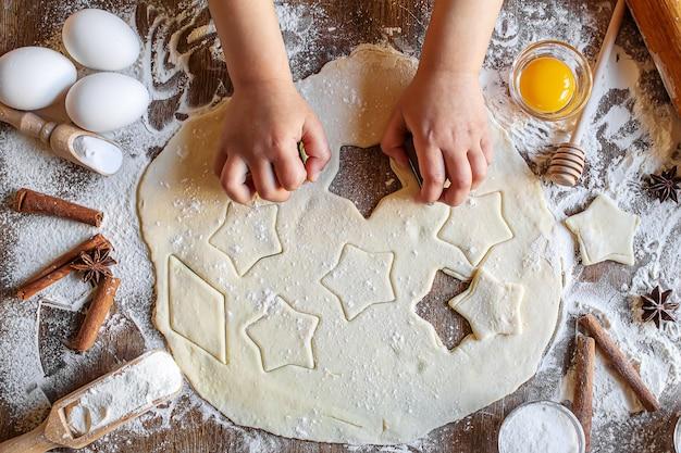 Un bambino fa un biscotto. messa a fuoco selettiva.cibo