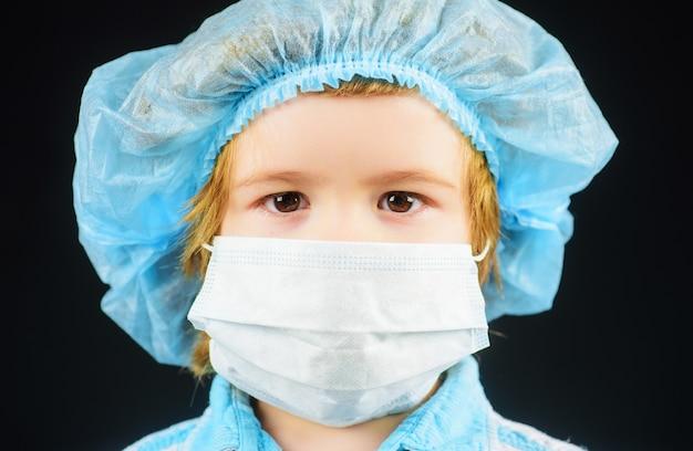 Bambino in maschera protettiva medica. protezione dall'infezione da coronavirus. maschera medica.