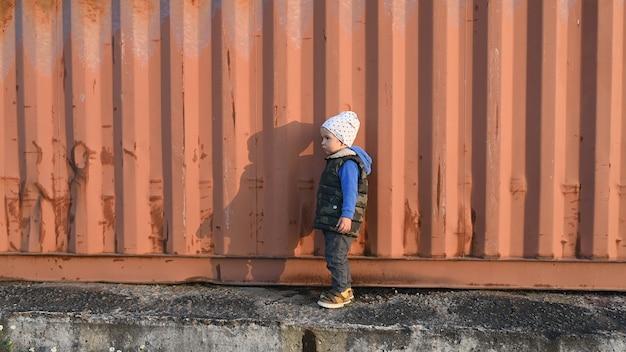 Un bambino vicino a un container