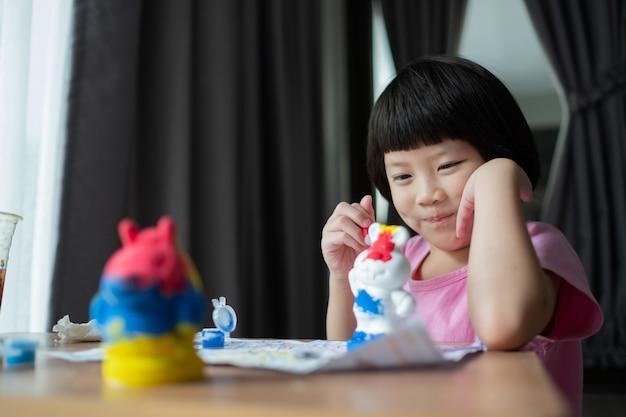 Colore della vernice del bambino su carta, concetto di educazione