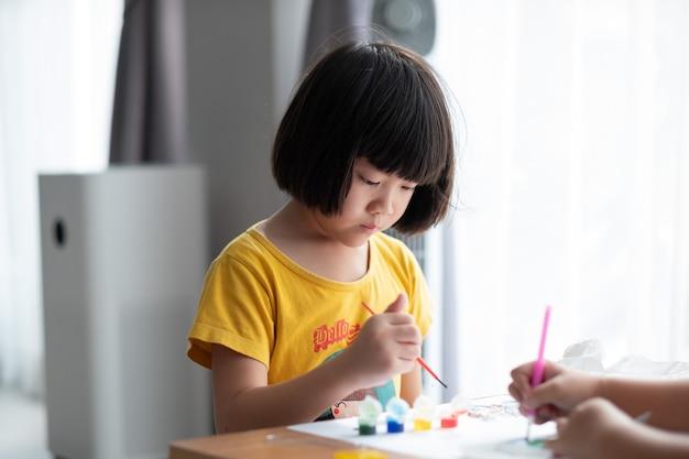 Colore della pittura del bambino su carta, concetto di educazione