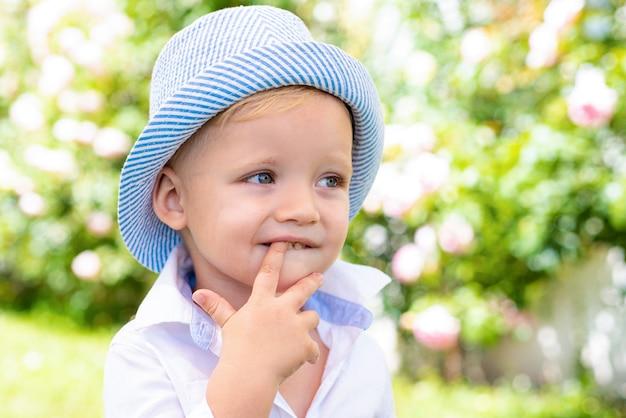 Il bambino gioca all'aperto. infanzia felice. ragazzino divertente