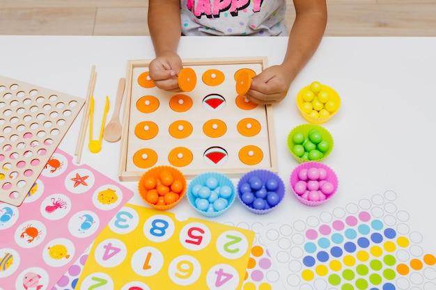 Un bambino che gioca a un gioco educativo per bambini per lo sviluppo dell'educazione prescolare della memoria
