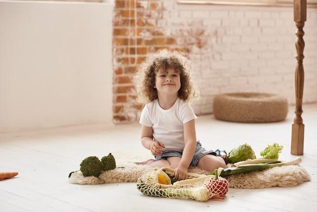 Bambino che gioca in cucina