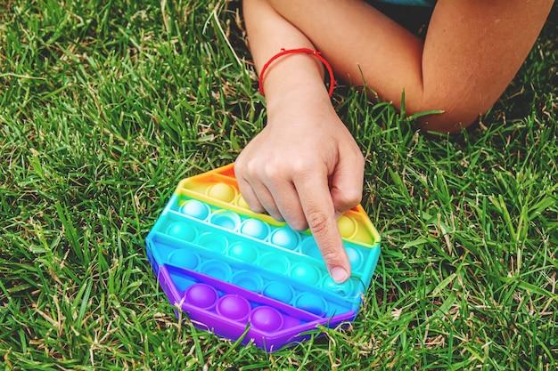 Il bambino gioca anti-stress pop it.selective focus.people
