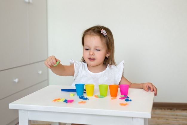 Il bambino gioca con i giocattoli educativi.