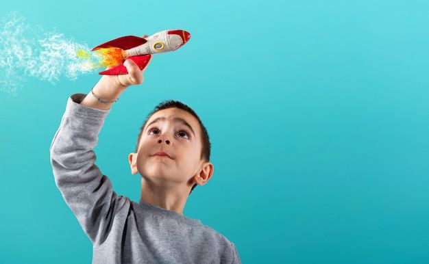 Il bambino gioca con un razzo veloce.