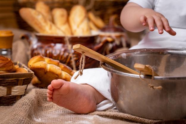 Il bambino gioca con la farina
