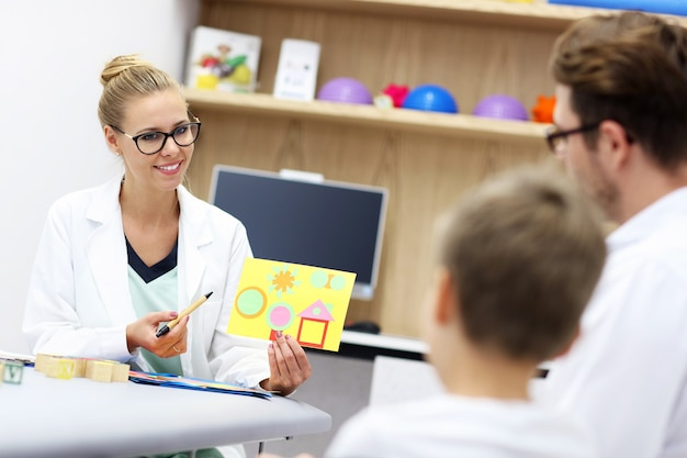 Psicologo infantile che lavora con la famiglia in ufficio