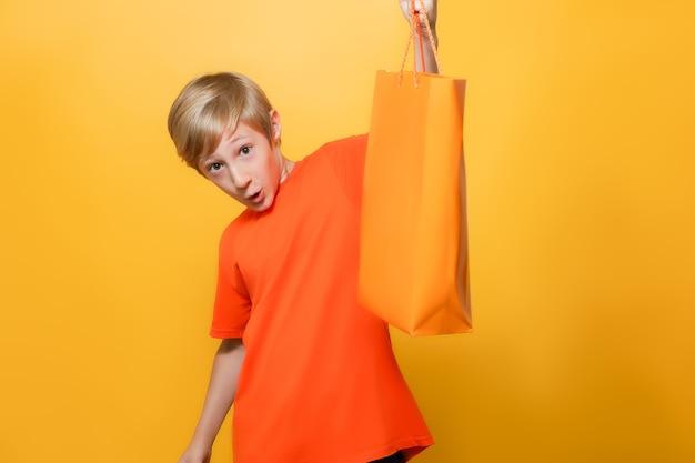 Il bambino alza il pacco e lo mostra sorpreso