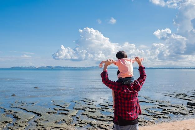 Bambino che cavalca il collo di suo padre, tempo in famiglia, festa del papà