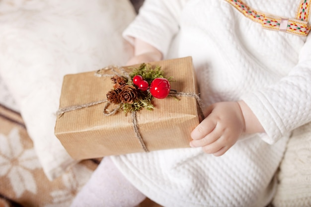Mani del bambino che tengono confezione regalo. copia spazio. natale, anno nuovo, concetto di compleanno.