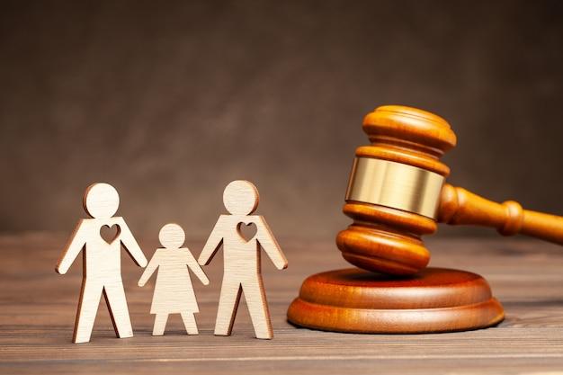 Bambino in una famiglia dello stesso sesso adozione o maternità surrogata in una famiglia gay diritti genitoriali due gay