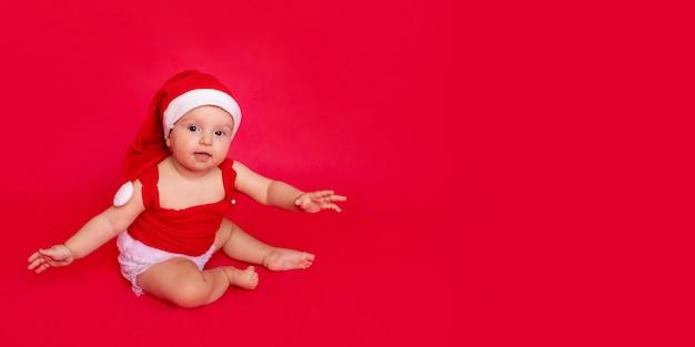 Un bambino in costume da babbo natale