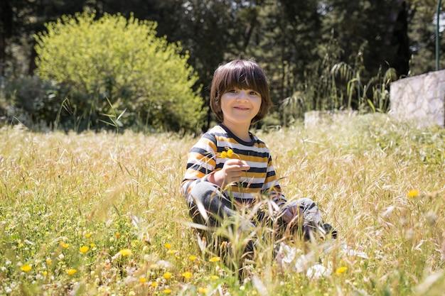 Bambino seduto sul campo