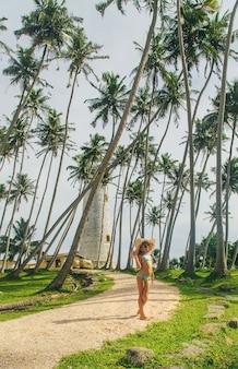 Bambino nello sri lanka su un'isola con un faro