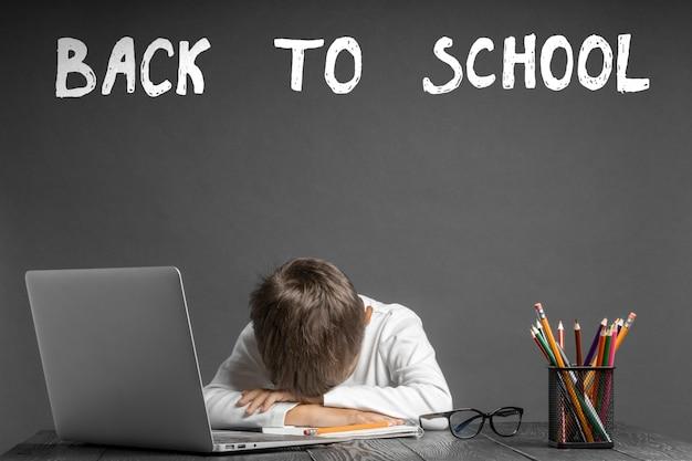 Il bambino studia a distanza a scuola. di nuovo a scuola
