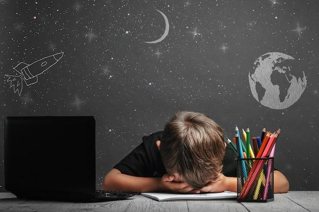 Il bambino studia a distanza a scuola. depressione perché devi tornare a scuola