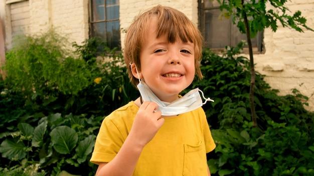 Il bambino toglie le maschere protettive