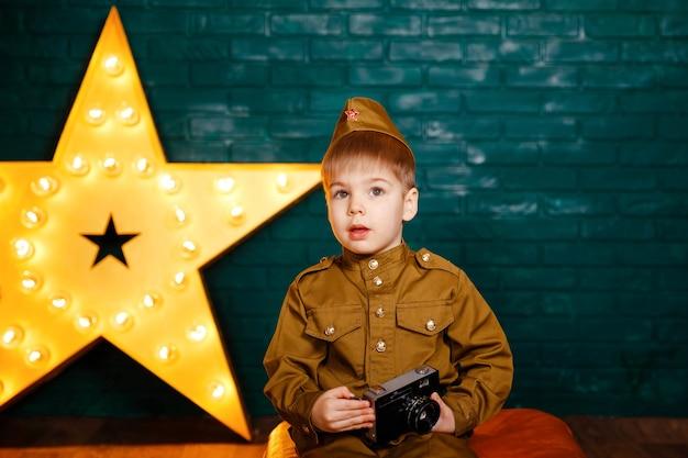 Bambino che cattura foto in studio fotografico professionale. giovane fotografo.