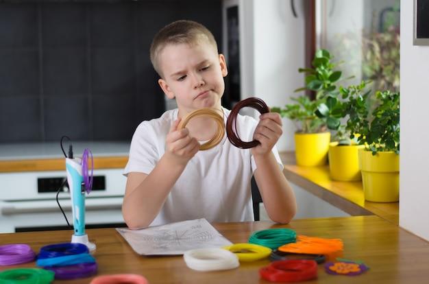 Bambino che utilizza la penna 3d