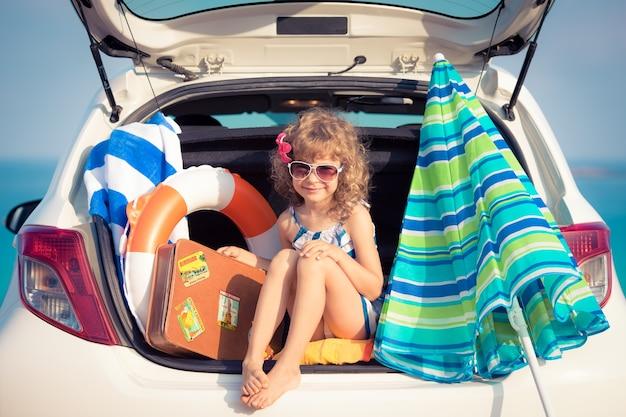 Bambino in vacanza. vacanze estive e concetto di viaggio in auto