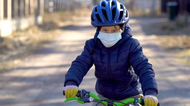 Un bambino durante una passeggiata durante il periodo di quarantena del coronavirus covid19.