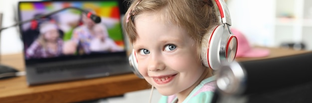 Bambino che guarda un video a casa con le cuffie