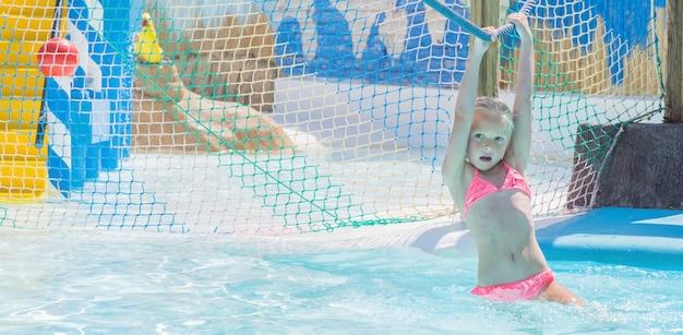 Bambino sull'acquascivolo al parco acquatico. vacanze estive.