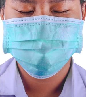 Un bambino che indossa una maschera si protegge dal coronavirus su sfondo bianco.