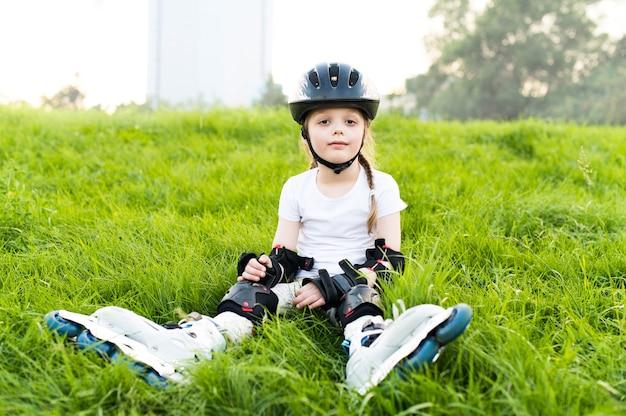 Bambini che indossano cuscinetti di protezione e casco di sicurezza. giovane pattinatore al parco