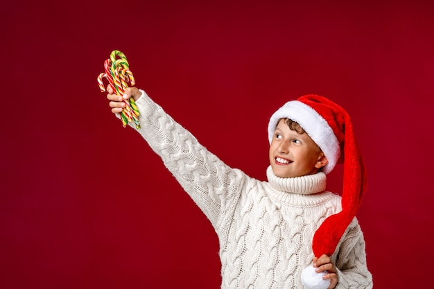 Un bambino con le caramelle