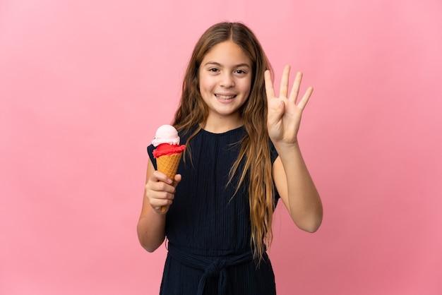 Bambino con un gelato della cornetta sopra il rosa isolato felice e che conta quattro con le dita