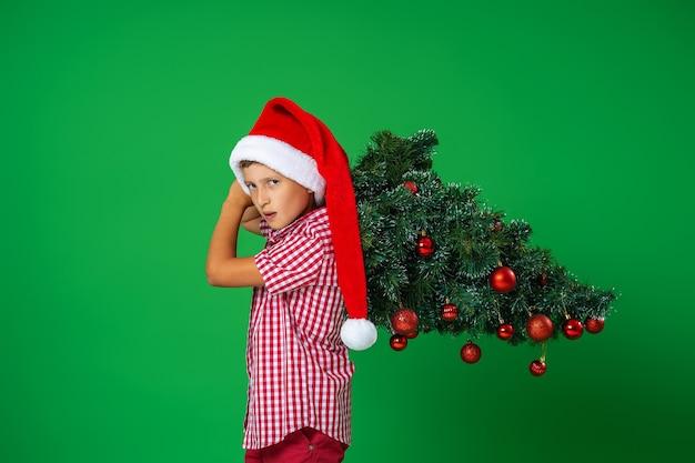 Un bambino con un albero di natale decorato