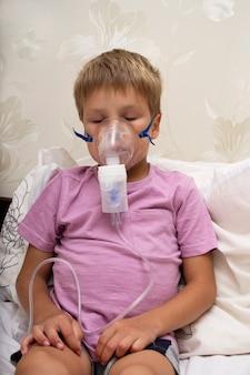 Un bambino con una malattia dell'apparato respiratorio viene trattato con l'inalazione