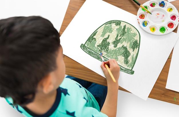 Bambino con un disegno di elmo da soldato