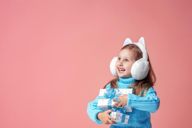 Bambino con una confezione regalo