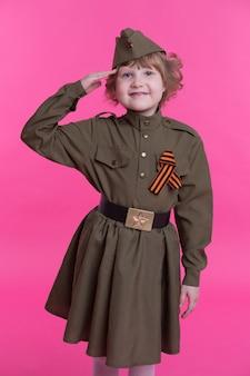 Bambino con uniforme militare