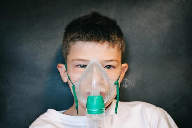 Bambino con maschera nebulizzatrice per poter respirare