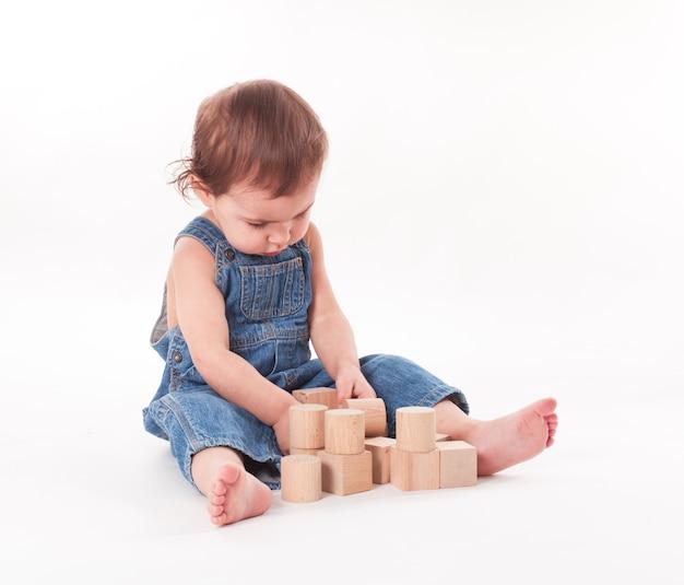 Bambino con un giocattolo