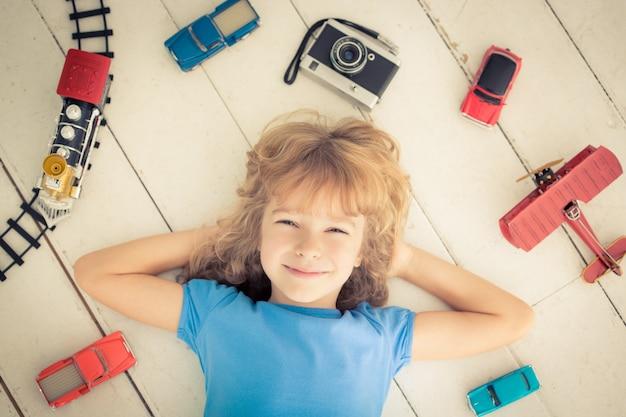 Bambino con giocattoli vintage a casa. girl power e concetto di femminismo