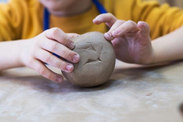 Il bambino lavora con l'argilla