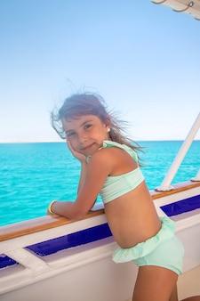 Un bambino su uno yacht che solca il mare. messa a fuoco selettiva. natura.